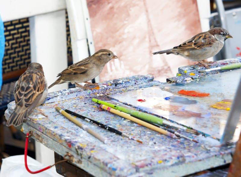 Målarefåglar i Paris royaltyfri foto