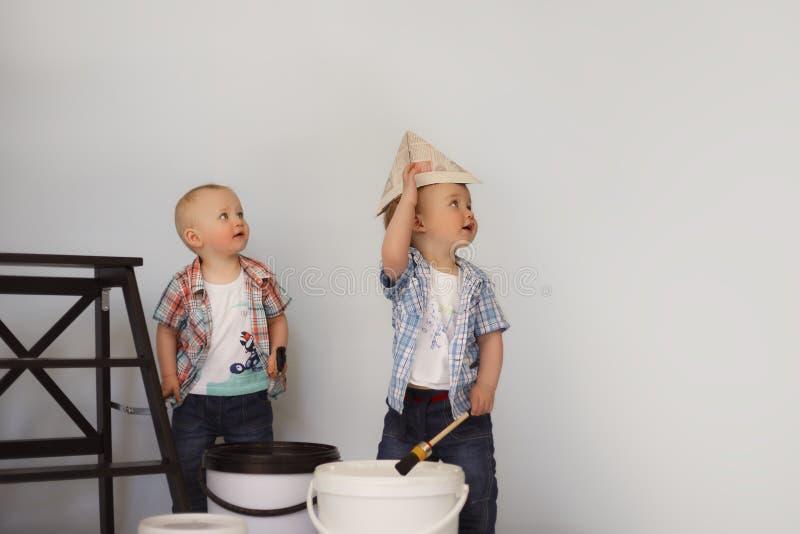 Målarfärg för barnmålarfärgvägg som spelar målare arkivbild