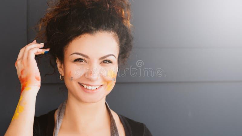 Målarfärg för dam för konstnärlivsstilstående lycklig royaltyfria bilder