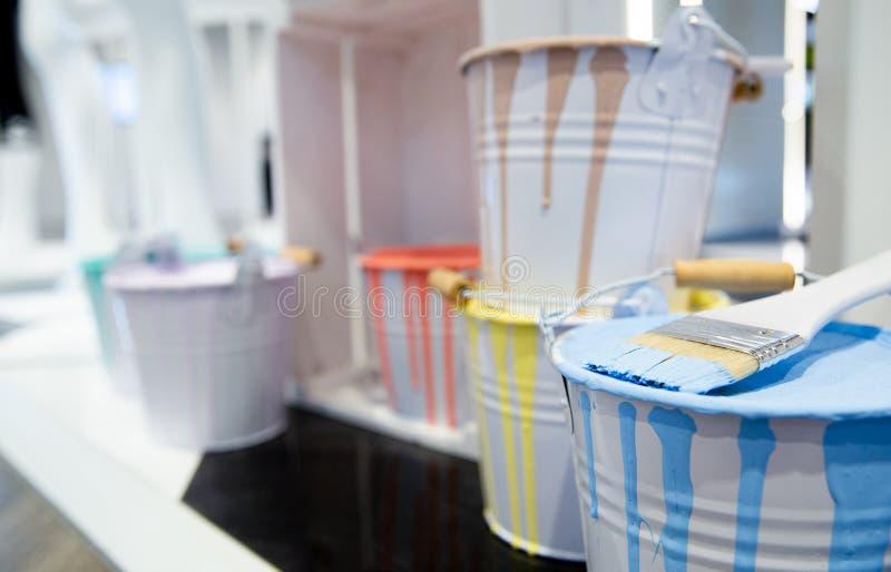 Målarfärgborste med färgcans eller behållare arkivfoton