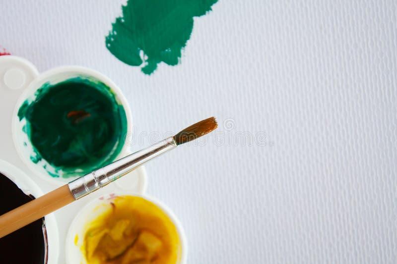Målarfärgborste med färgplattan royaltyfri fotografi
