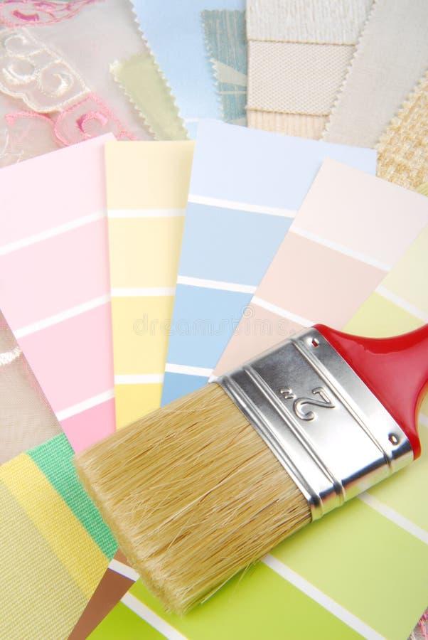 Målarfärgborste och färgpalett fotografering för bildbyråer