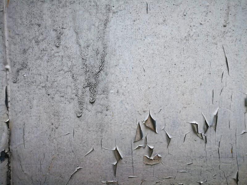 Målarfärgdroppar och sprickor på trädörr royaltyfria foton