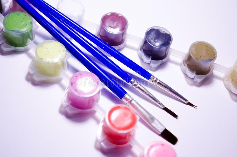 målarfärger _ Dra uppsättning Rörmålarfärger och borstar Sammansättning för konstnärer, för platser om material för konstnärer royaltyfria foton