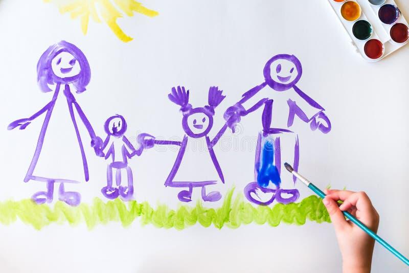Målarfärger för hand för barn` s skissar av familjen arkivbilder