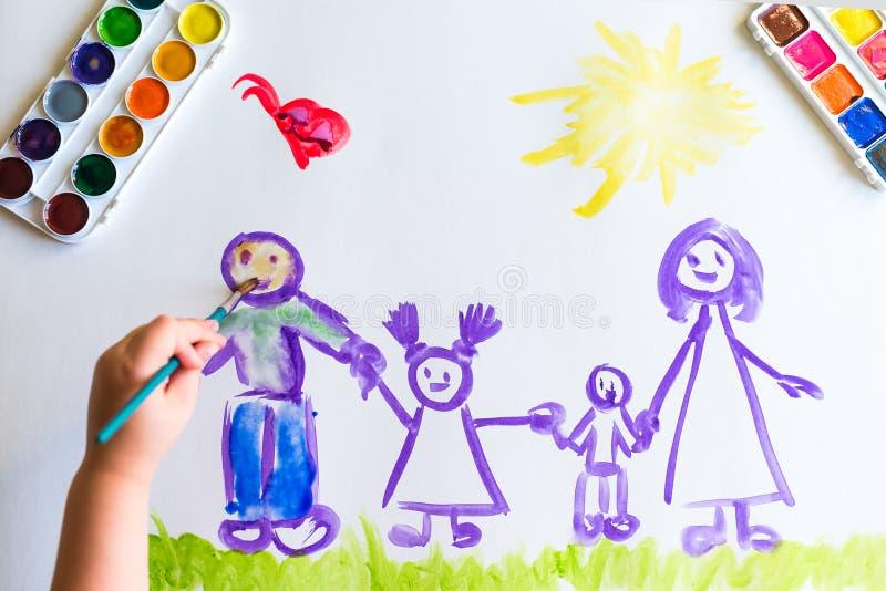 Målarfärger för hand för barn` s skissar av familjen royaltyfri foto