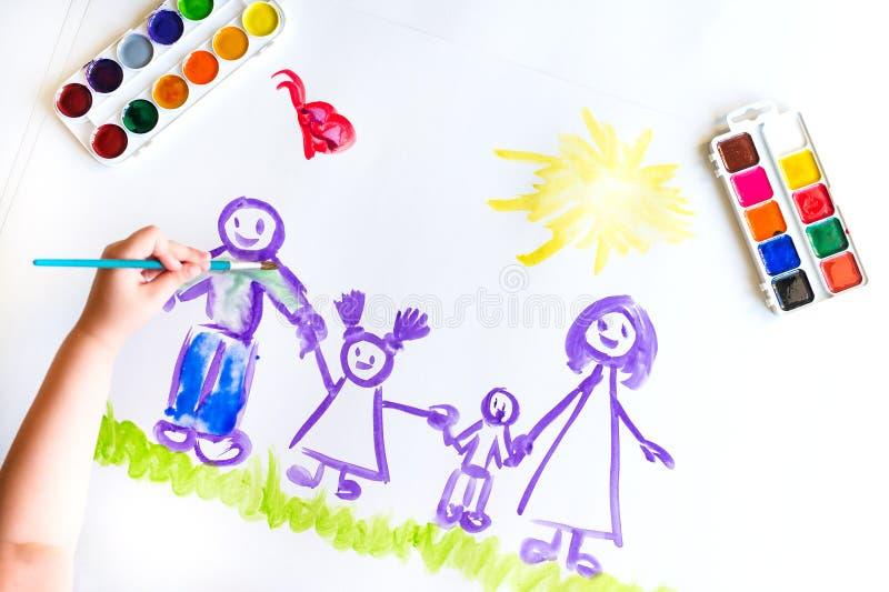 Målarfärger för hand för barn` s skissar av familjen royaltyfri fotografi