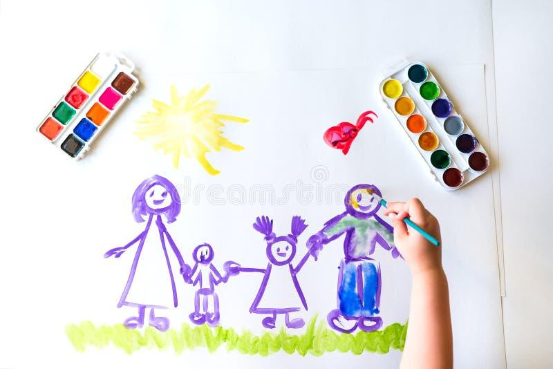 Målarfärger för hand för barn` s skissar av familjen arkivbild