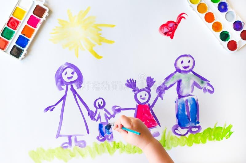 Målarfärger för hand för barn` s skissar av familjen royaltyfri bild