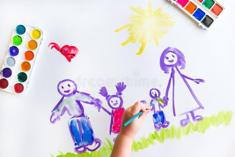 Målarfärger för hand för barn` s skissar av familjen royaltyfria foton