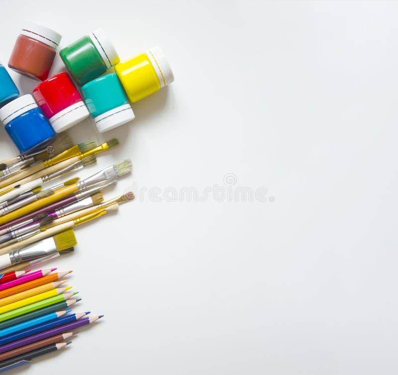 Målarfärger och borstar, blyertspenna arkivbilder