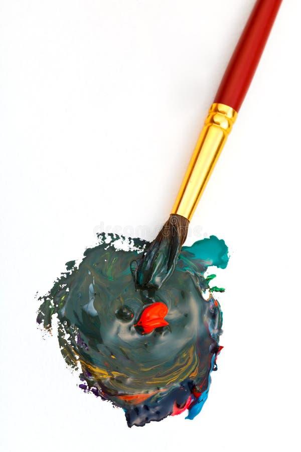 Målarpenseln blandar mångfärgade vattenfärger royaltyfria foton