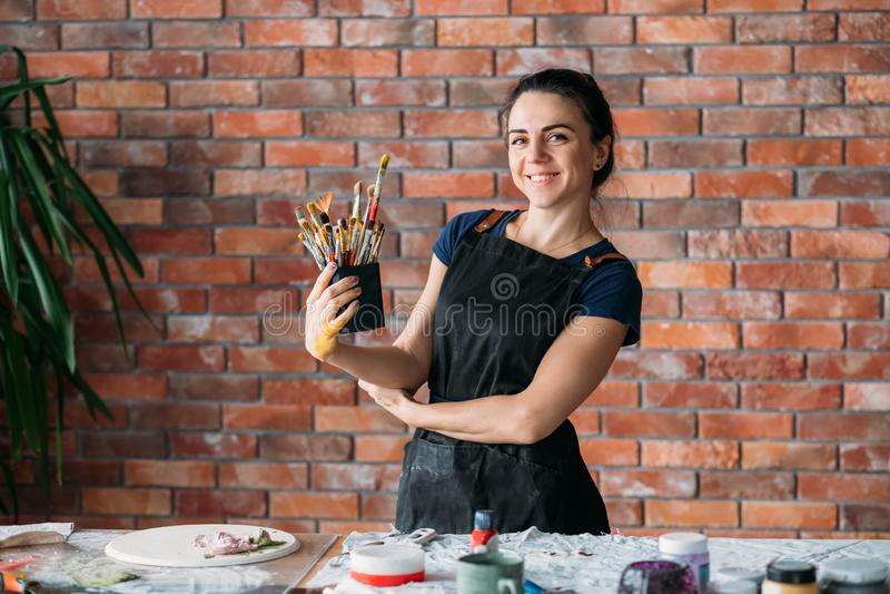 Målarpenslar för målare för kvinna för talang för konststudiohjälpmedel royaltyfri foto