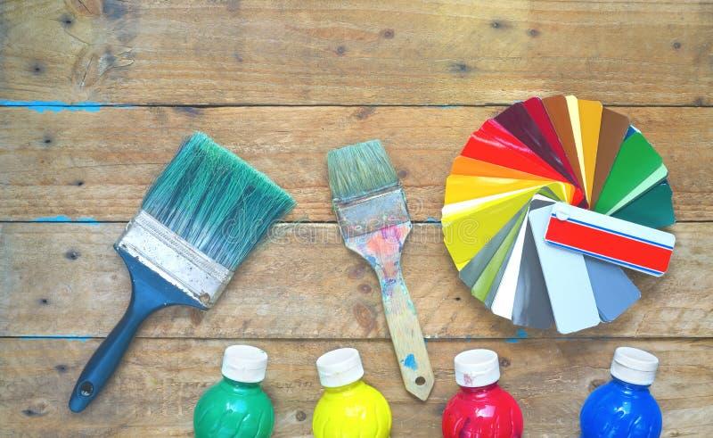 Målarpenslar målarfärg, färgprovkartor, renovering som dekorerar, painti royaltyfri fotografi