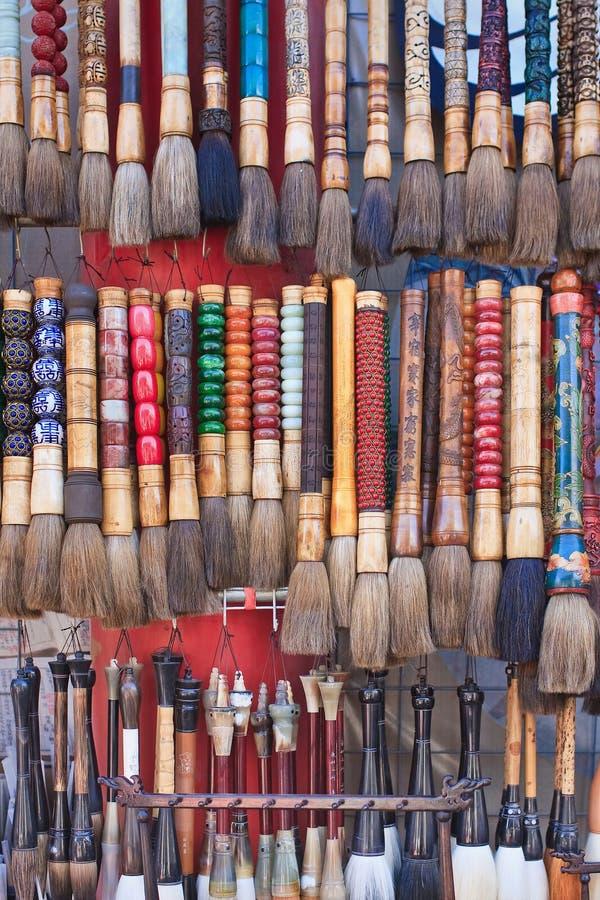 Målarpenslar på den PekingPanjiayuan marknaden; lokaliserat i sydostlig Peking; Kina arkivbilder