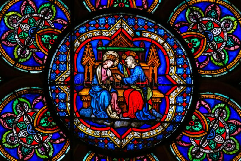 Målat glass i Notre Dame, Paris - Mary och Jesus royaltyfri foto
