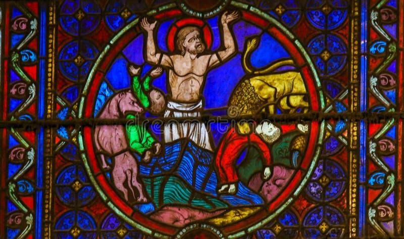 Målat glass i Notre Dame, Paris som visar St Eustace royaltyfri fotografi
