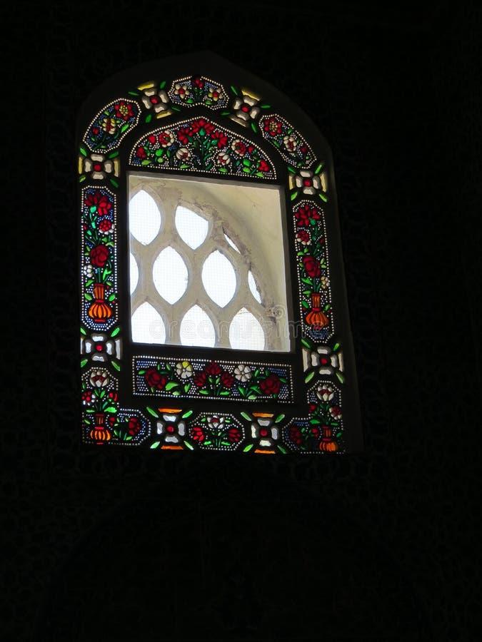 Målat glass i ramen av övrefönstret av den Topkapi slotten, Istanbul royaltyfri fotografi