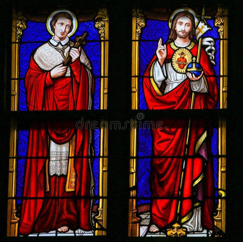 Målat glass - Jesus Christ och helgon Charles Borromeo arkivfoto