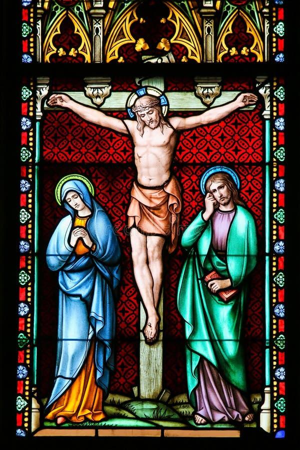 Målat glass - korsfästelse av Jesus Christ på långfredag royaltyfria bilder