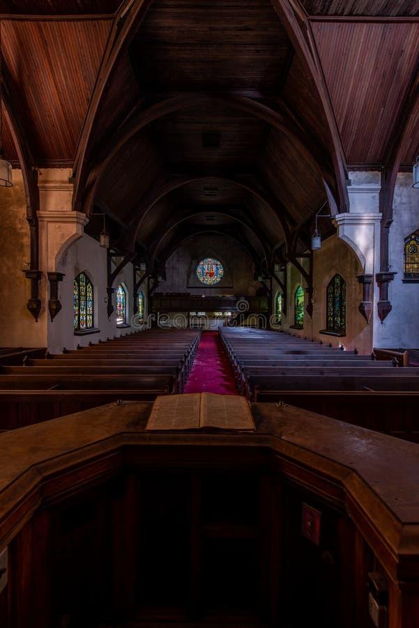 Målat glass Windows & kyrkbänkar - övergiven presbyterianska kyrkan - Trenton som är ny - ärmlös tröja fotografering för bildbyråer