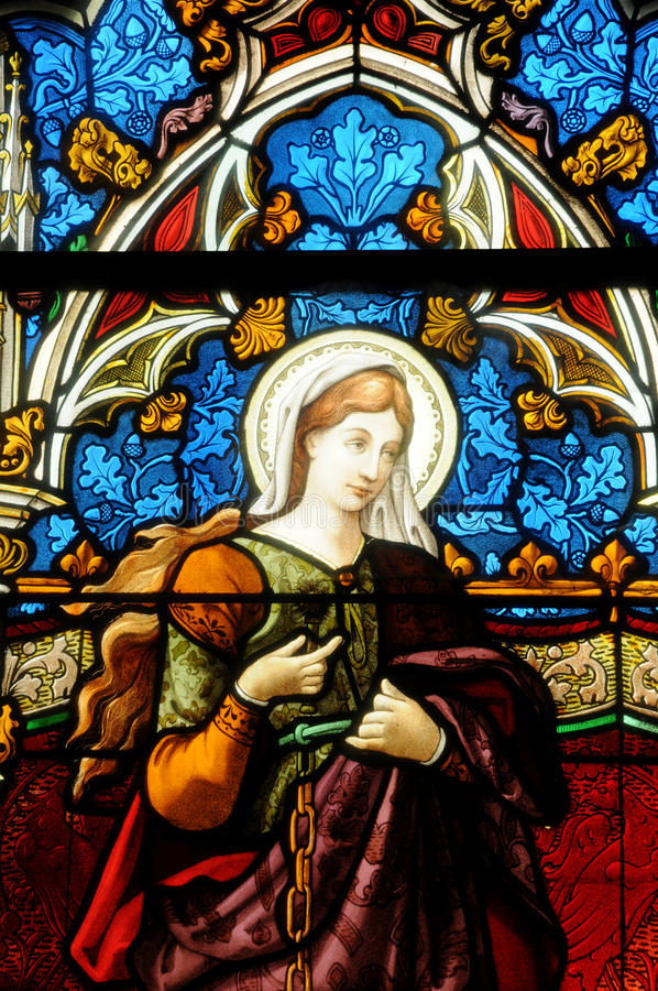 Målat glassfönster av den Vigny kyrkan arkivbilder