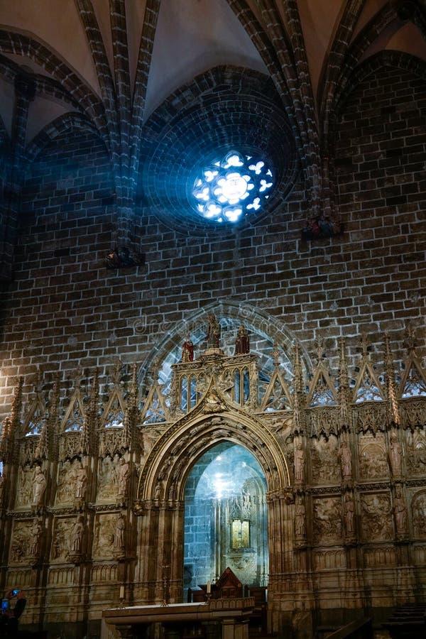 Målat glassfönster av kapellet för helig gral i domkyrkan i Valencia Spain på Februari 27, arkivfoton