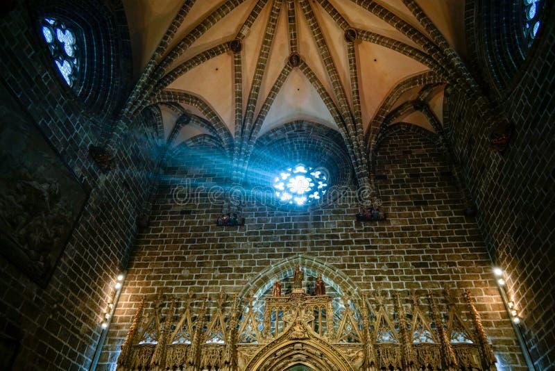 Målat glassfönster av kapellet för helig gral i domkyrkan i Valencia Spain på Februari 27, royaltyfri bild