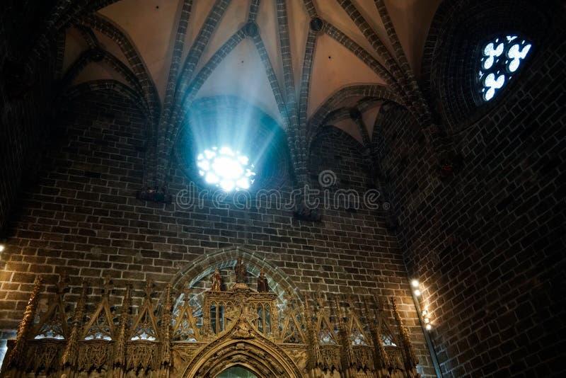 Målat glassfönster av kapellet för helig gral i domkyrkan i Valencia Spain på Februari 27, fotografering för bildbyråer