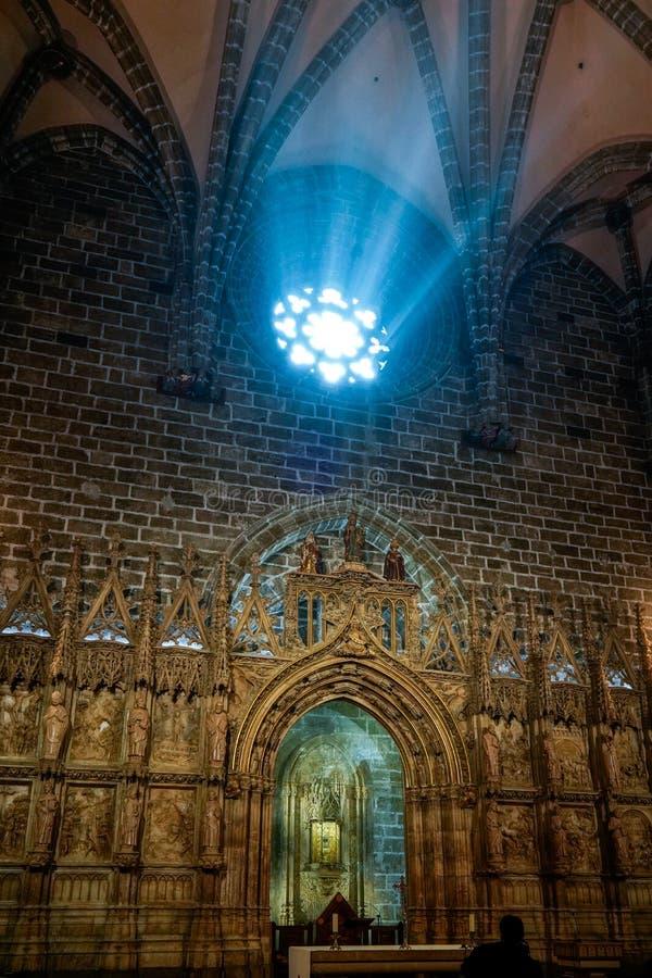 Målat glassfönster av kapellet för helig gral i domkyrkan i Valencia Spain på Februari 27, royaltyfria foton