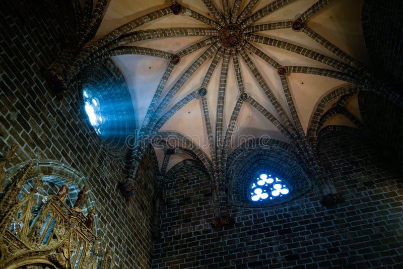 Målat glassfönster av kapellet för helig gral i domkyrkan i Valencia Spain på Februari 27, royaltyfri foto