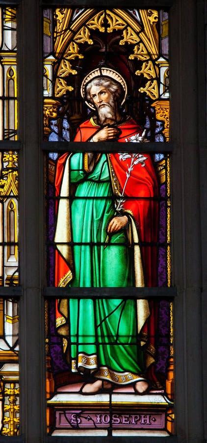 Målat glassfönster av Saint Joseph i den Brussel domkyrkan arkivbild