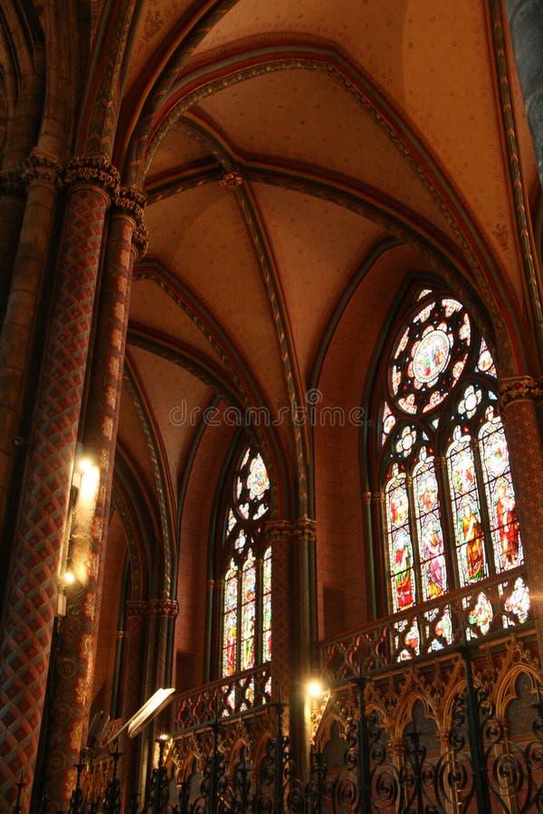 Målat glassfönster dekorerar ett av kapellen av helgon-Andrédomkyrkan i Bordeaux (Frankrike) arkivbilder