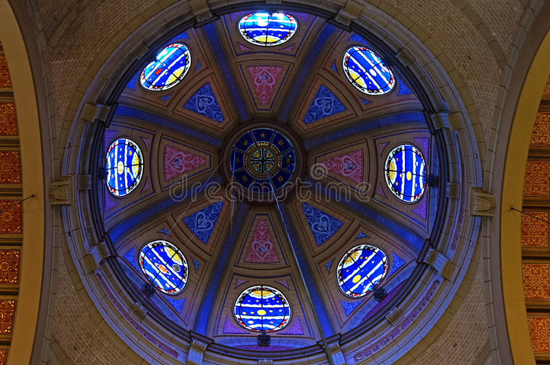Målat glassfönster i kupol av den Hoorn kyrkan arkivbilder