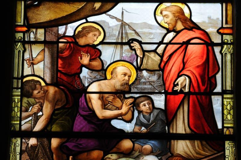 Målat glassfönster i kyrkan av Houlgate i Normandie arkivbild