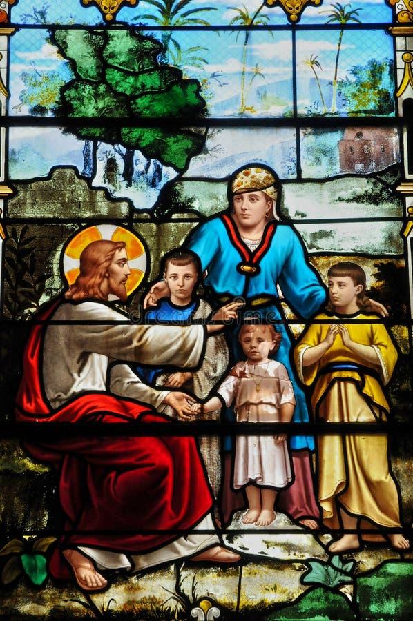 Målat glassfönster i kyrkan av Houlgate i Normandie royaltyfria bilder