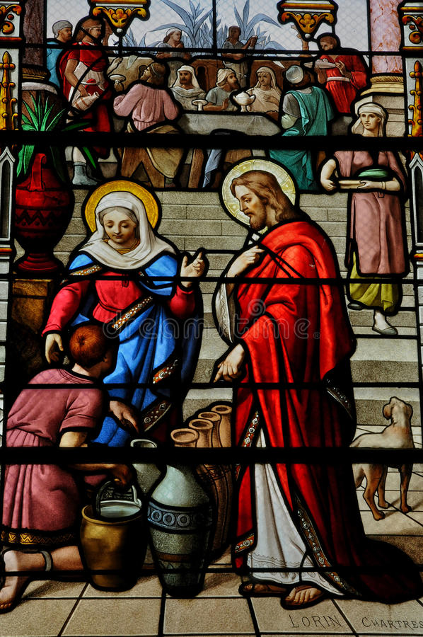 Målat glassfönster i kyrkan av Houlgate i Normandie royaltyfri foto