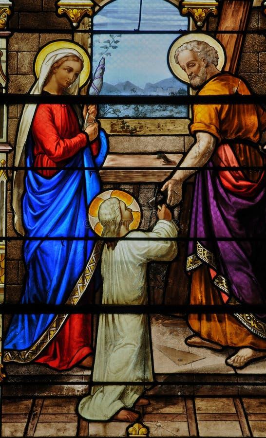 Målat glassfönster i kyrkan av Houlgate i Normandie arkivfoton