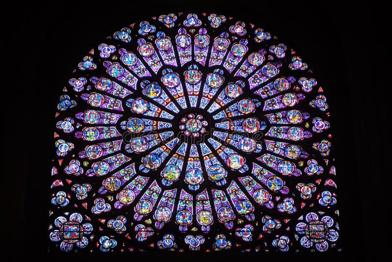 Målat glassfönster inom Notre Dame de Paris arkivfoto
