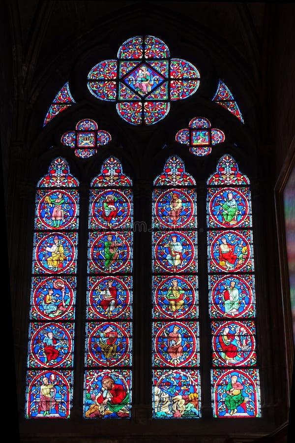 Målat glassfönster inre Notre Dame Cathedral arkivbilder