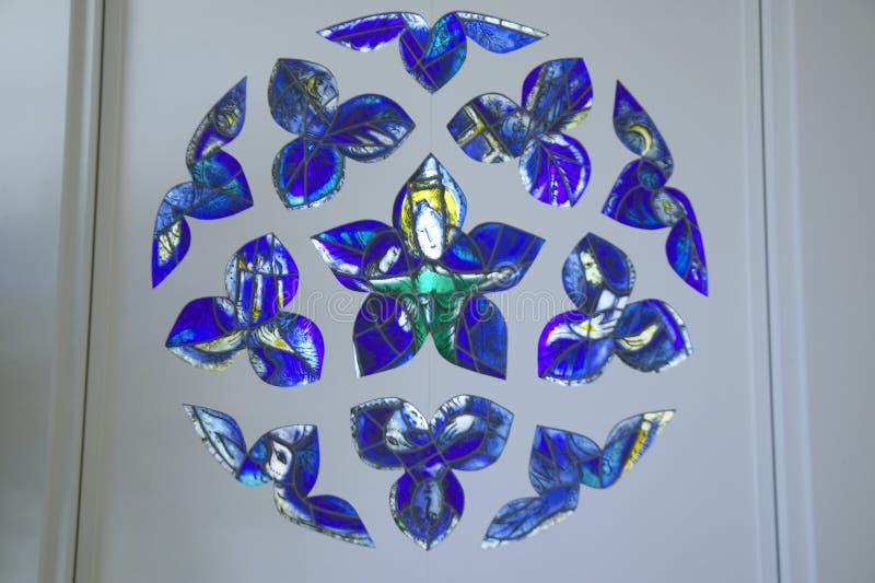 Målat glassfönster med design av Marc Chagall, Marc Chagall Museum, Nice, Frankrike royaltyfri bild