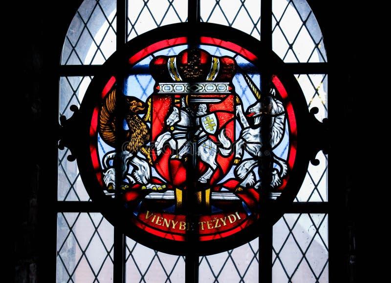 Målat glassfönster med en krona arkivbild