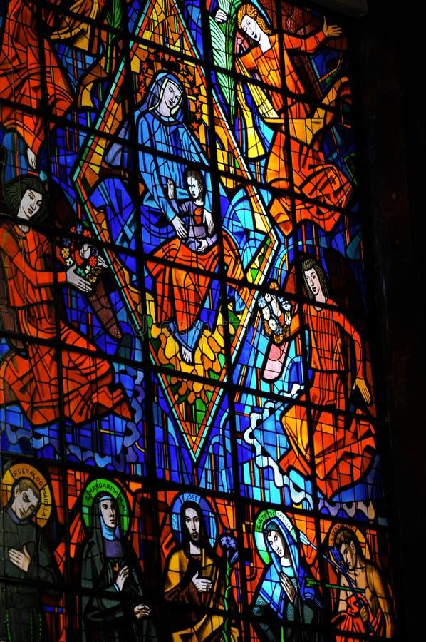Målat glassfönster med religiösa bilder i den Santuà ¡ rio das Almas kyrkan, på Niteroi arkivbild