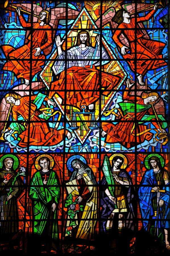 Målat glassfönster med religiösa bilder i den Santuà ¡ rio das Almas kyrkan, på Niteroi arkivbilder
