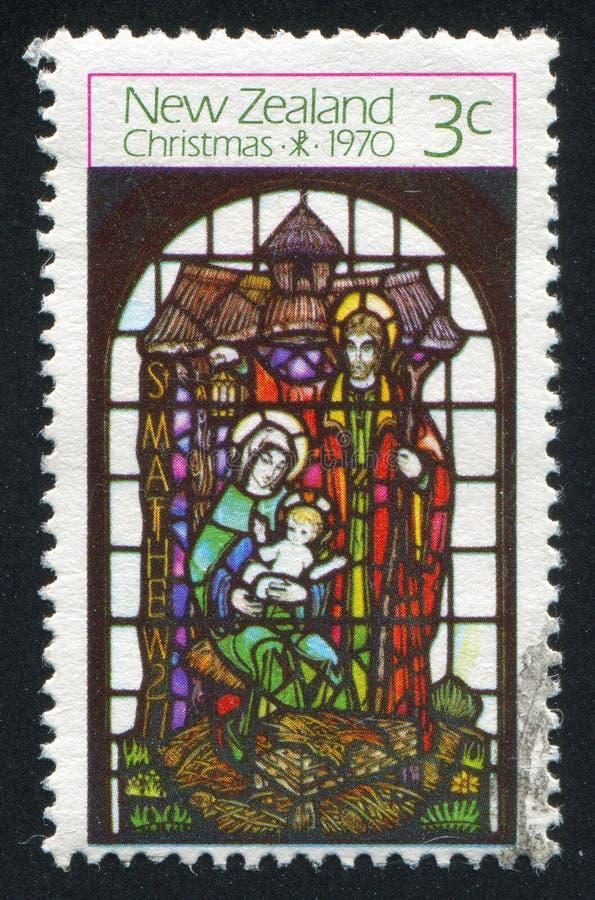 Målat glassfönster som visar Madonna med barnet och aposteln royaltyfria bilder