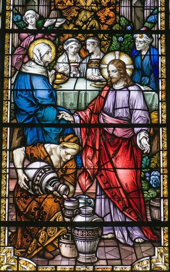 Målat glassfönstervatten in i wine royaltyfri bild