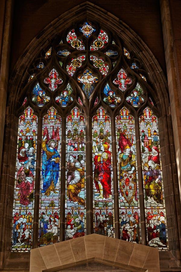 Målat glassfönstret över ingången till det nya kaféområdet på Sheffield Cathedral england arkivbild