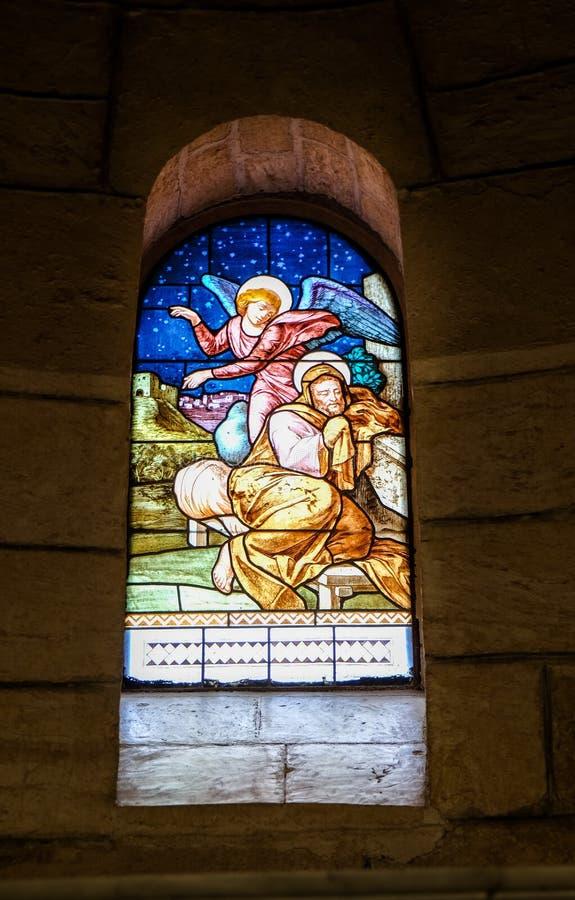 Målat glassfönstret på kyrkan av Saint Joseph i Nazareth royaltyfri foto