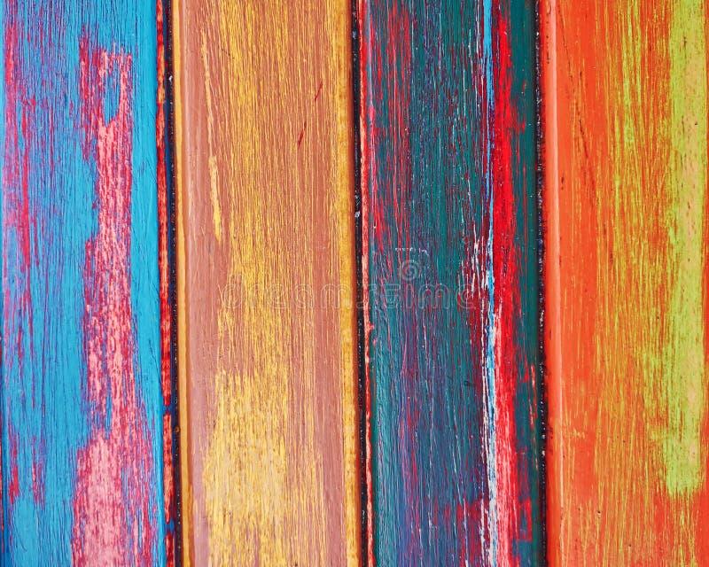 Målat trä gör randig closeupen, färgrik bakgrund royaltyfria foton