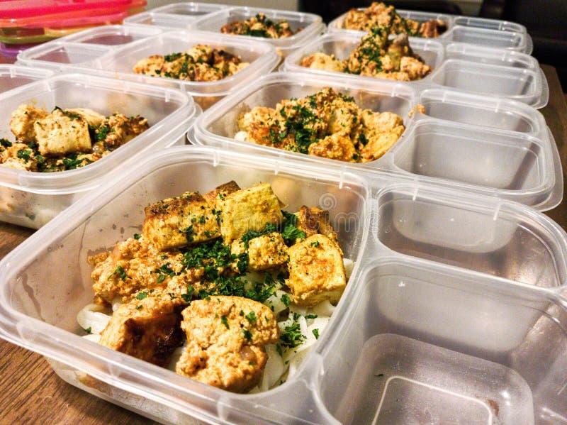 Målförberedelser av tofucurryn med shiratakinudlar för veckan royaltyfria bilder